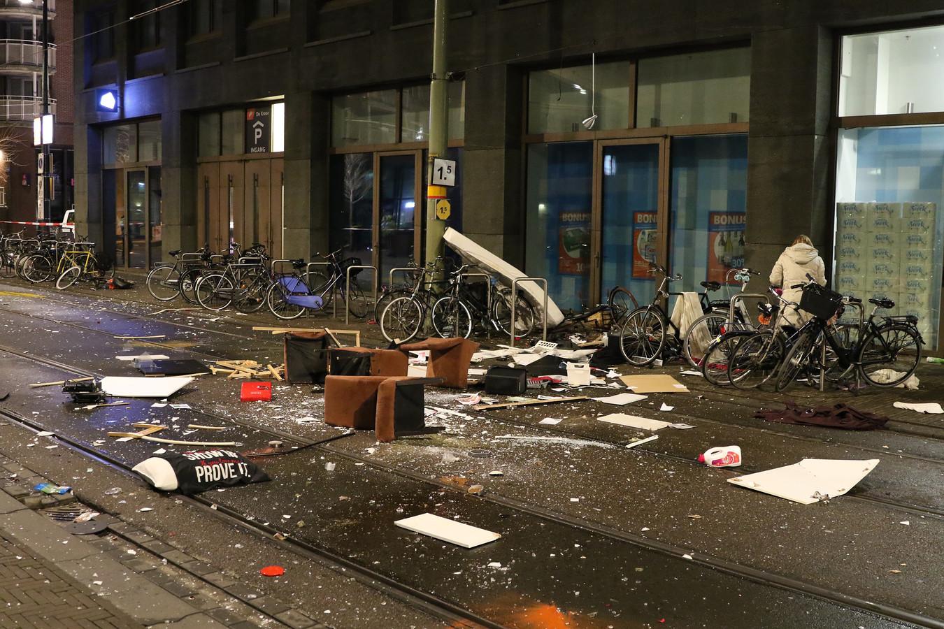 De 31-jarige Malek F. die op Bevrijdingsdag 2018  in alle kalmte lukraak op drie mensen instak in Den Haag, haalde in februari van dat jaar ook al het nieuws toen hij vanuit zijn appartement in de Haagse binnenstad in hysterische toestand zijn huisraad van de eerste verdieping naar beneden gooide.