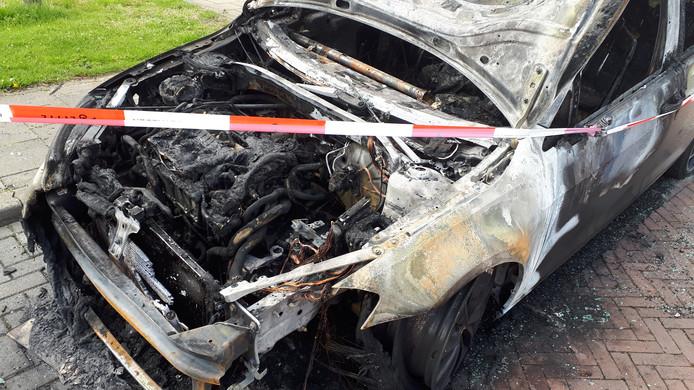 De uitgebrande Volkswagen Golf.