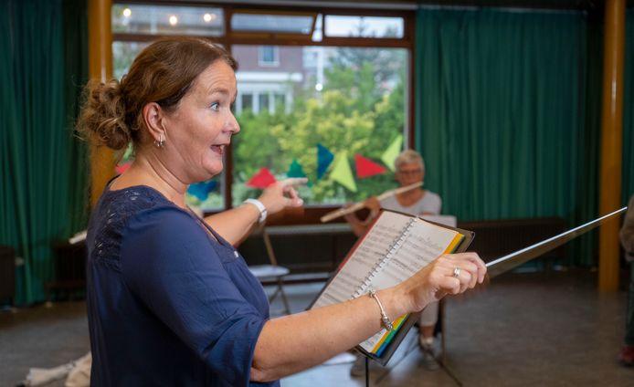 Dirigent Wilna Sierksma in actie tijdens de repetitie.