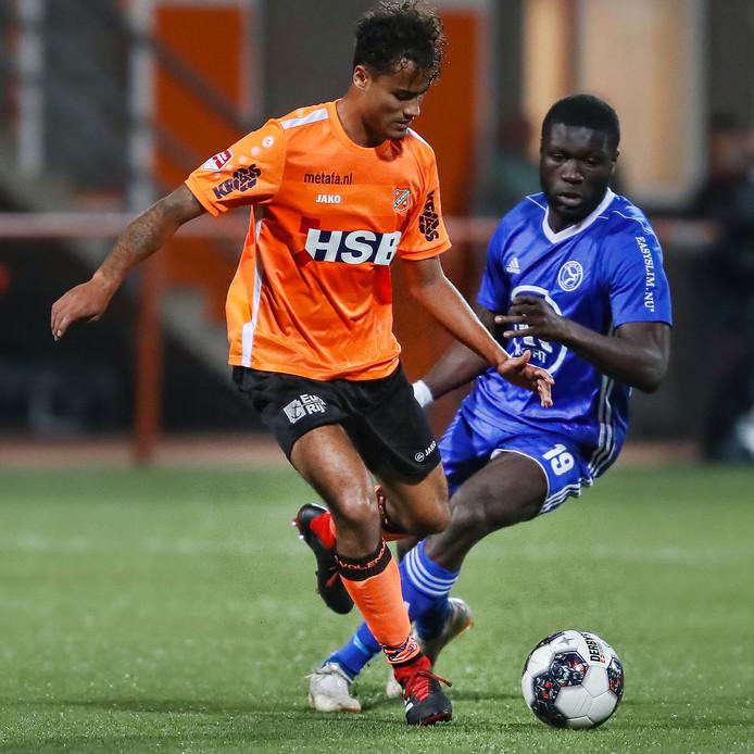 Darryl Baly namens Volendam in duel met Kevin Luckassen van Almere City.