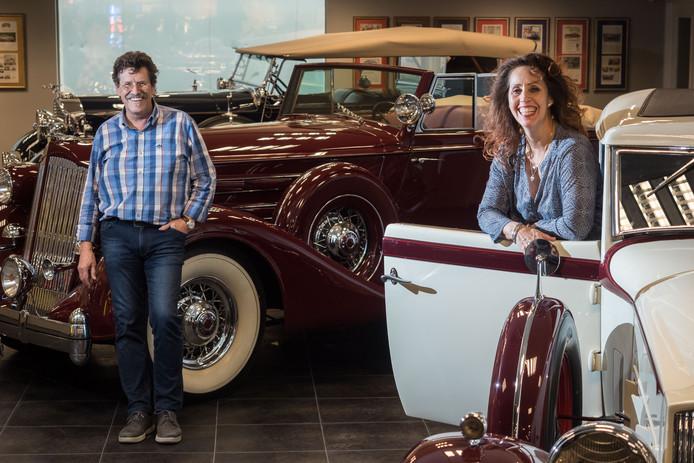 Bert Roubos en zijn vrouw Louise tussen de Packards. Inmiddels bezitten ze bijna dertig oldtimers.
