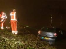 Auto rechtdoor het water in aan Hedikhuizerweg in Den Bosch