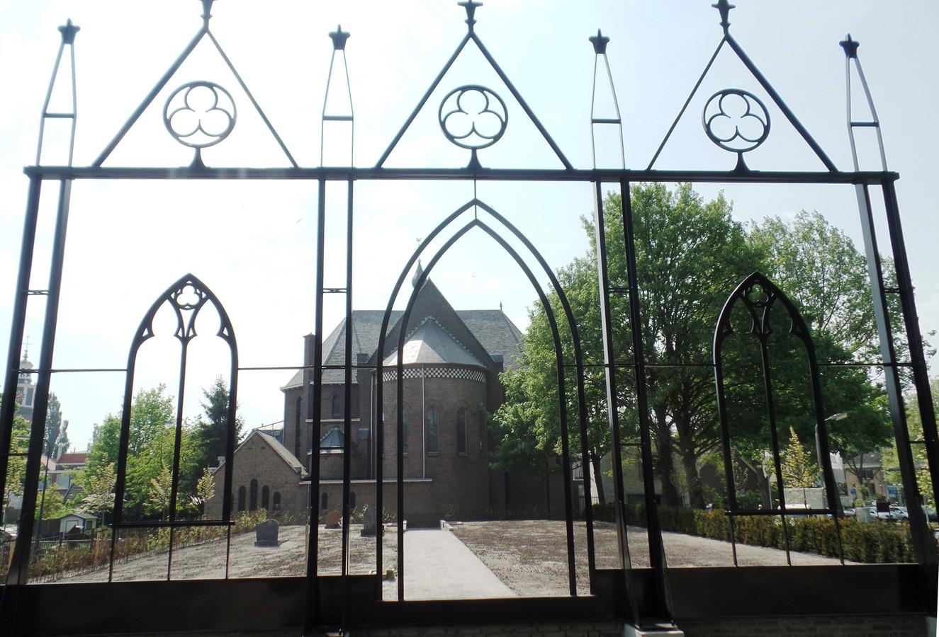 Het Nicolaaskerkhof met het stalen silhouet van de Verrijzeniskapel met op de achtergrond de Nicolaaskerk.