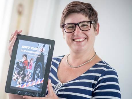 Almelose schrijft serie kinderboeken over politiehond Battje