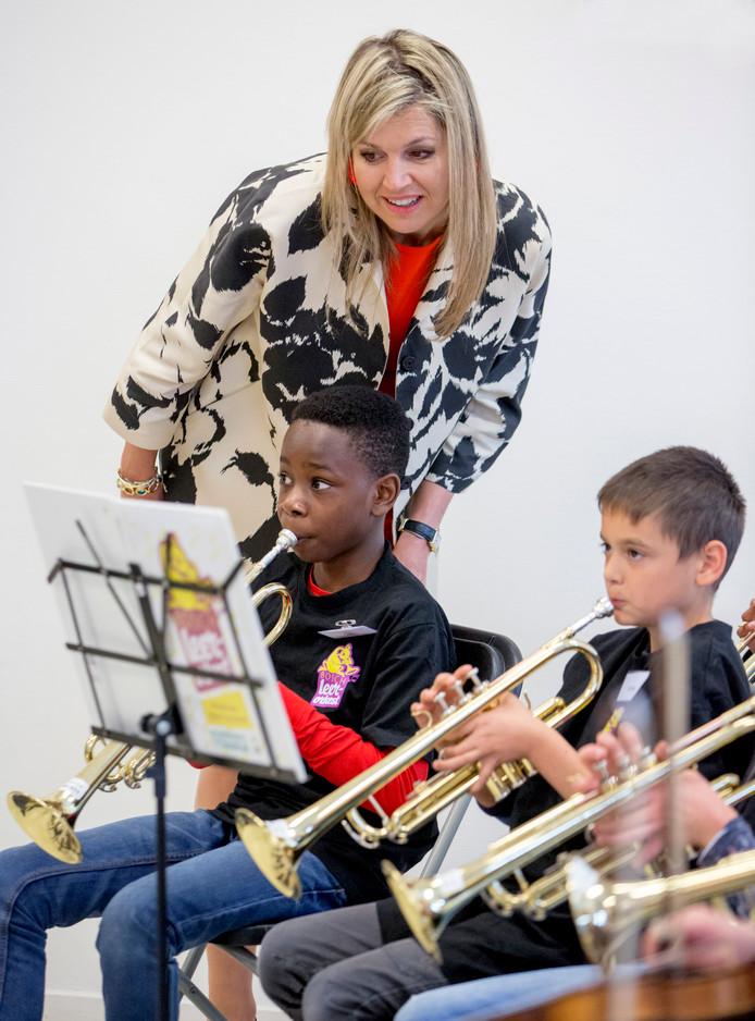 Koningin Máxima ontmoet vrijdagmiddag bij de opening van Musis opnieuw scholieren die meewerken aan een muziekuitvoering.