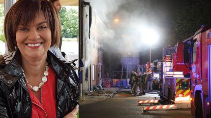 """Carine (56) komt om bij uitslaande brand, ouders zien alles gebeuren: """"Ik wilde door het vuur lopen, maar politie hield me tegen"""""""
