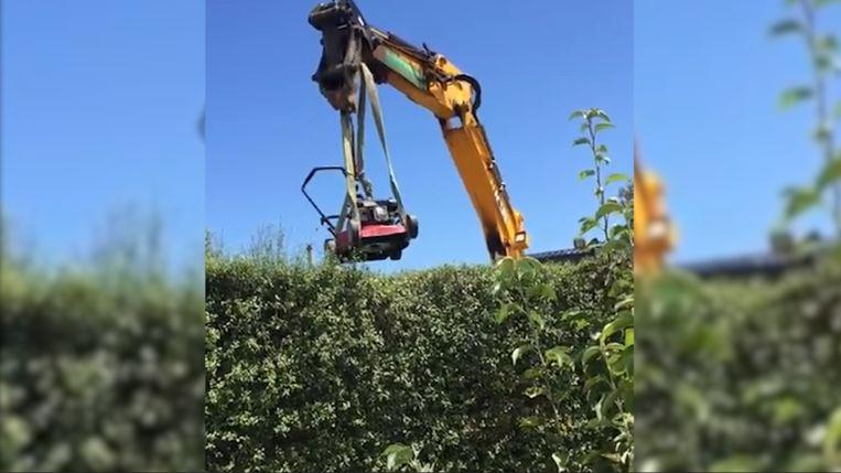 Een Australische man hing zijn grasmaaier aan een graafmachine om bij de hoogste toppen te raken.