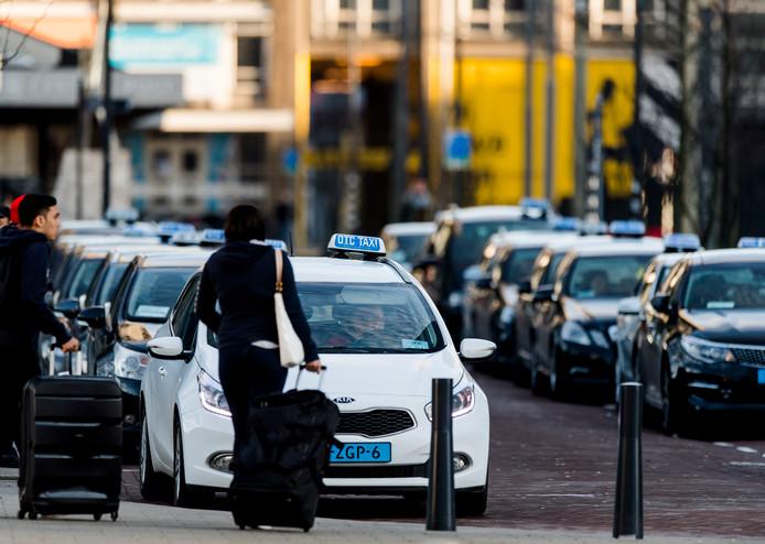 Wachtende taxi's bij het centraal station in Rotterdam.