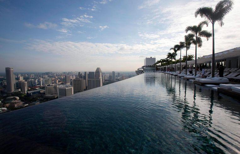 De infinity pool op het Marina Bay Sands hotel in Singapore Beeld null