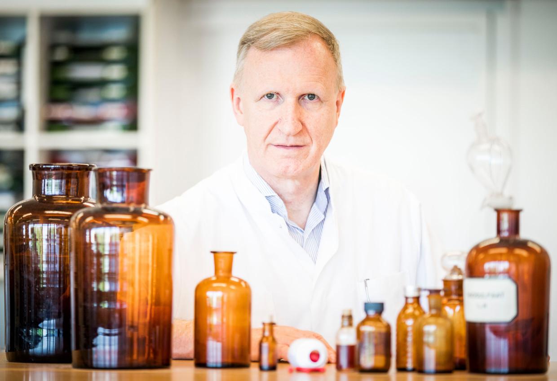 Jos Beijnen, ziekenhuisapotheker bij het Antoni van Leeuwenhoek, met zijn medicijn.  De apotheker maakt zelf de capsules. Kosten: 1.500 euro per patiënt per jaar, waar farmaceut Merck bijna 70 keer zoveel verlangt.