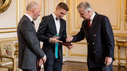 Bart Swings op audiëntie bij koning Filip om zijn zilveren medaille te tonen