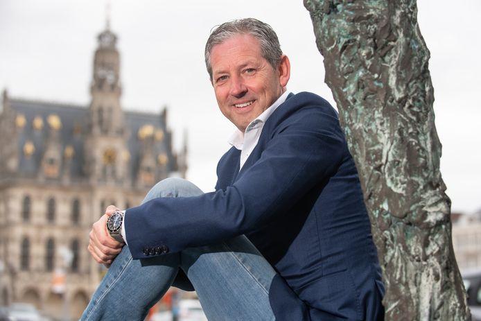 Voormalig scheidsrechter Frank De Bleeckere op de Markt van Oudenaarde.
