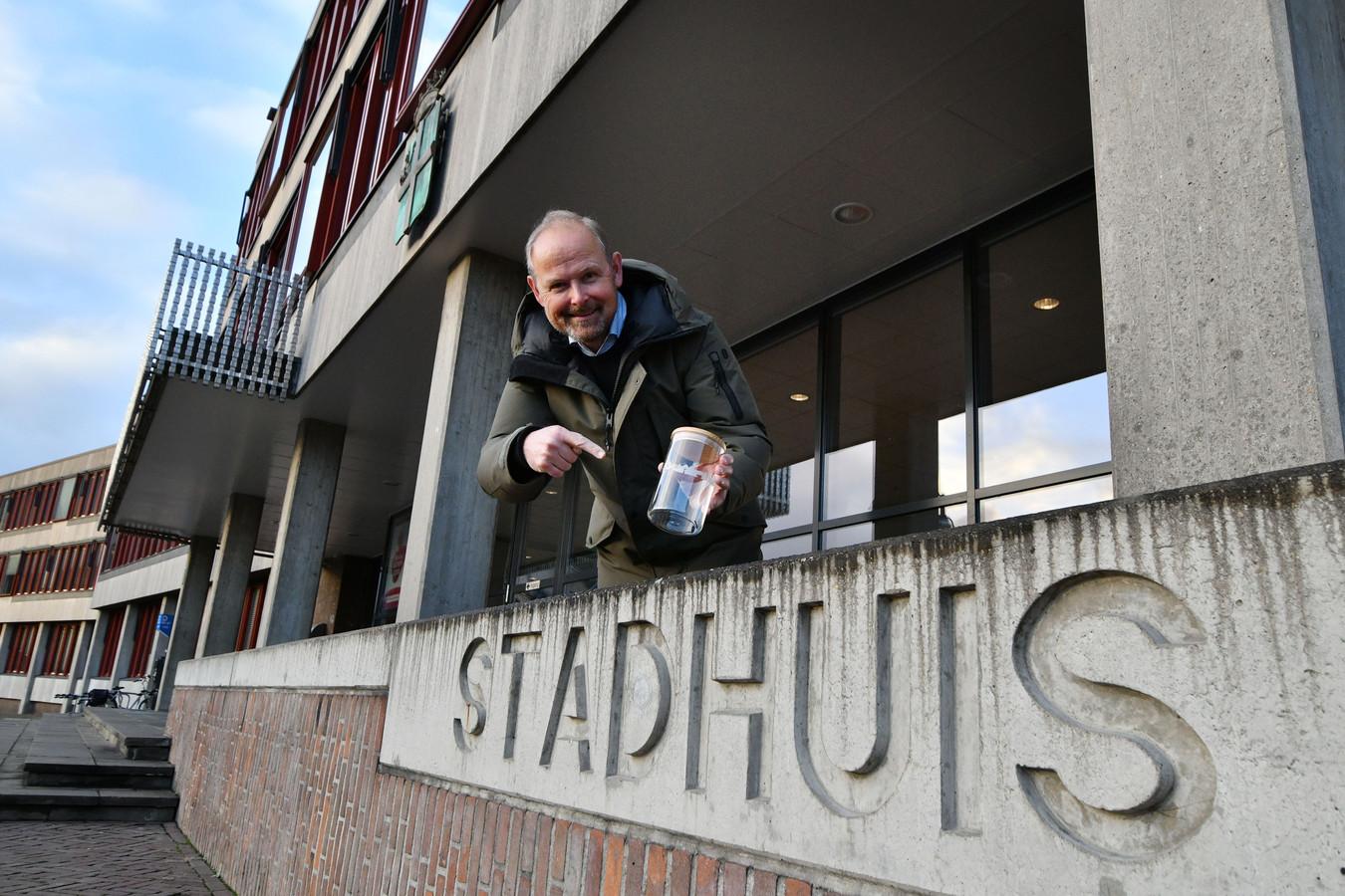 Wie het stadhuis van Oldenzaal aanduidt als gemeentehuis wordt door burgemeester Patrick Welman vriendelijk verzocht een donatie te doen in de fooienpot op zijn werkkamer. De opbrengst is uiteindelijk bestemd voor het Palthe Huis.