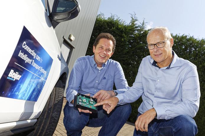 Ronald de Beijer (links) en Pierre van der Stokker bij een van de eigen auto's die Beijer Automotive gebruikt voor testen met het ontsluiten van data uit voertuigen.