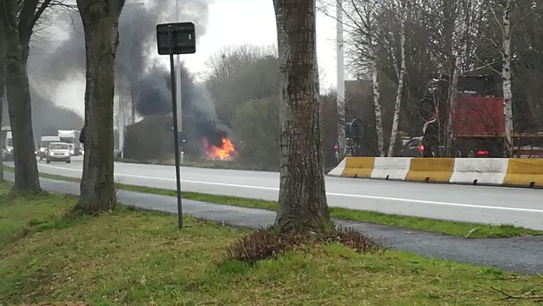 De wagen vatte vuur langs de Deinsesteenweg.