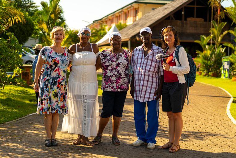 Albertine Duin - van Lynden, Peggy Bouva, Diana Joval, John Rijssel en Maartje Duin voor het hotel in Paramaribo. Diana en John zijn een tante en oudoom van Peggy. Beeld Brian van der Leij