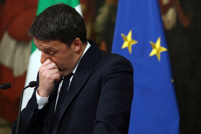 De Italiaanse premier Matteo Renzi tijdens de toespraak over de uitslag van het referendum. Beeld getty