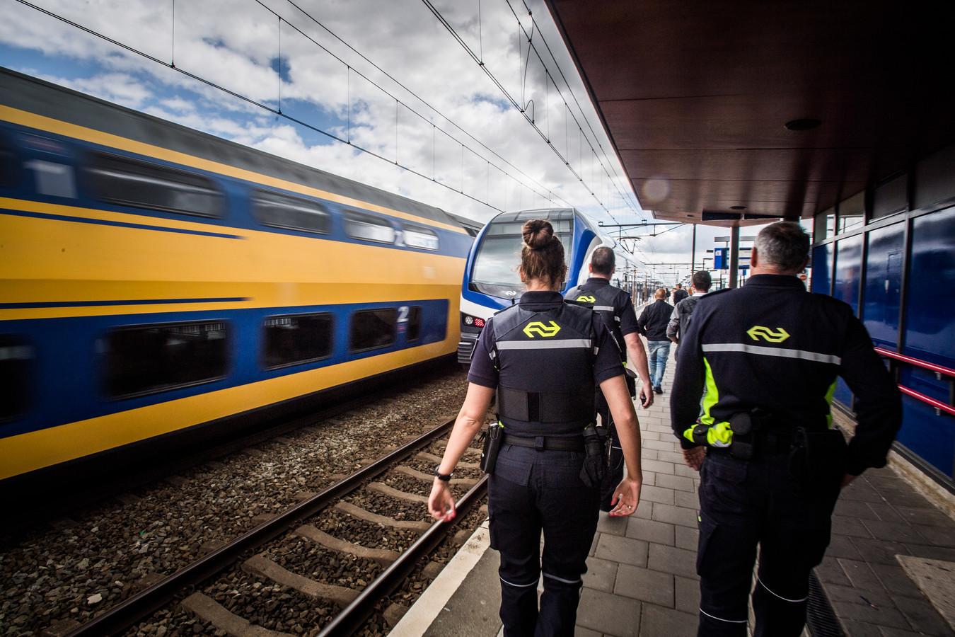 NS en politie controleren op drugs op het treinstations tussen Arnhem en Nijmegen.