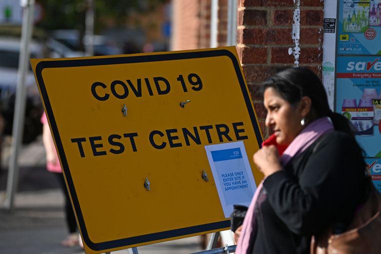 Een bord wijst mensen in Oost-Londen de weg naar een teststraat. Beeld AFP