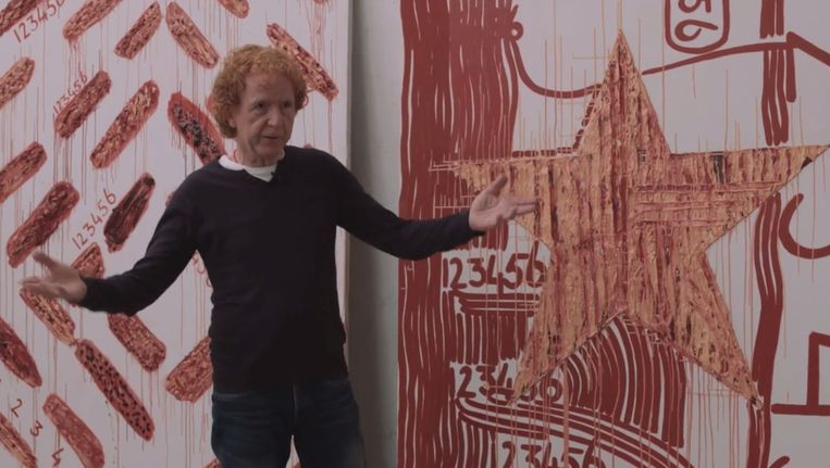 Frank van Hemert voor twee van zijn schilderijen met druipsporen. Beeld null