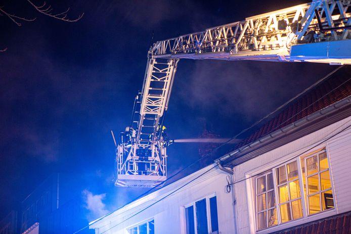 Bij aankomst van de brandweerzone Vlaams-Brabant West sloegen de vlammen al door het dak.