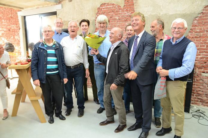 Vrijwilligers achter de stoommachine van KVL vieren samen met wethouder Peter Smit de Monumentenprijs.