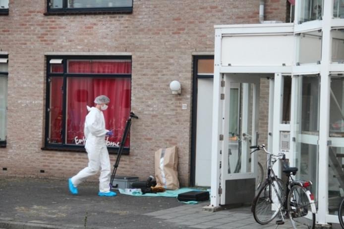 De recherche doet onderzoek in de woning waar de dode Vlissinger werd gevonden.