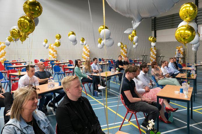 Een feestelijke opstelling op afstand bij de diploma-uitreiking in de sporthal van het Baanderherencollege in Boxtel.
