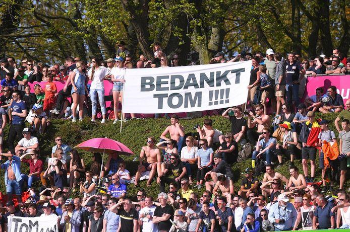 Het publiek bedankt Tom Boonen voor de vele prachtige momenten