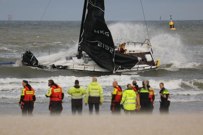 De brandweer hielp één van de zeilers van de boot af. De gestrande boot voor de kust van Scheveningen werd daarna vlotgetrokken.
