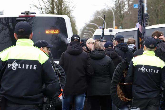 NEC-fans in discussie met de politie.