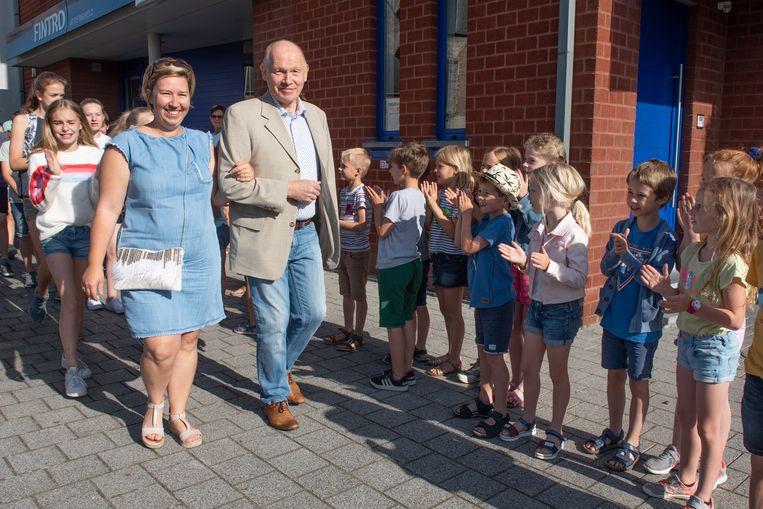 Juf Annelies en meester Maxime werden op hun laatste schooldag in De Bosrank warm onthaald.