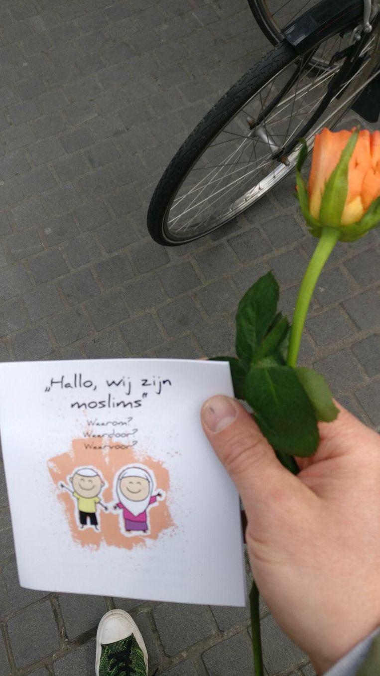 De moslims deelden rozen uit en kaartjes met de boodschap 'Hallo, wij zijn moslims'.