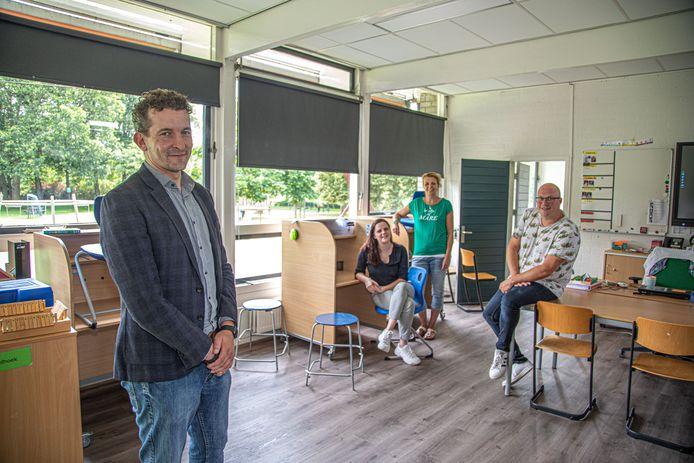 Directeur Aernoud Hoogendijk (links) met de mensen die de praktijkklas begeleiden.