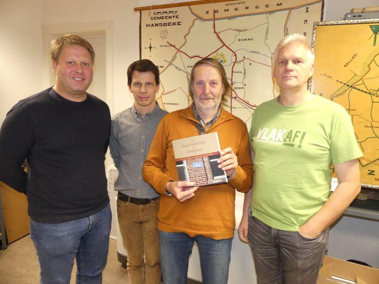 Frank Langeraert met zijn boek en enkele leden van de Vlakaf-redactie: Bram Temmerman, Miguel Berteloot en hoofdredacteur Koen Persyn.