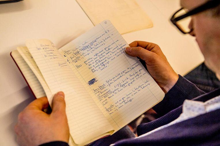 De hele dag neuzen door stapels papier, boekjes en oude krantenstukken. Beeld anp