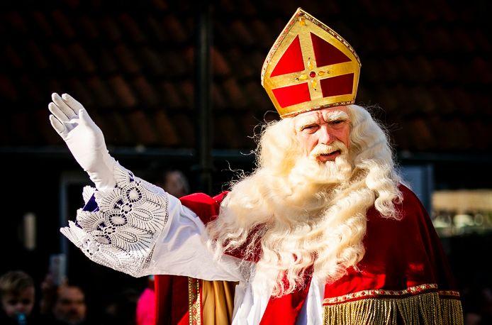 Op steeds meer basisscholen in Deventer wordt Sinterklaas dit jaar niet langer vergezeld door louter donker geschminkte pieten, blijkt uit een rondgang van de Stentor.