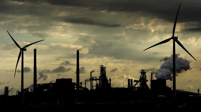 De Hoogovens van staalproducent Tata Steel gezien vanaf de Noordzee.