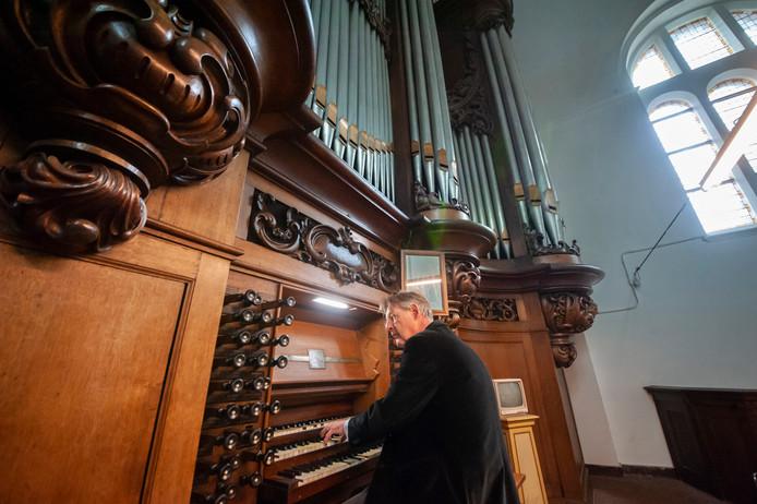 Willem Hörmann bespeelt het Vollebregt-orgel in de Sint Cathrienkerk. Hij leverde deze maand een bijdrage aan de serie orgelconcerten.