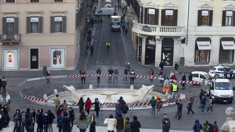 De Fontana Monumentale della Barcaccia is zwaar beschadigd na de rellen van de Feyenoordsupporters.