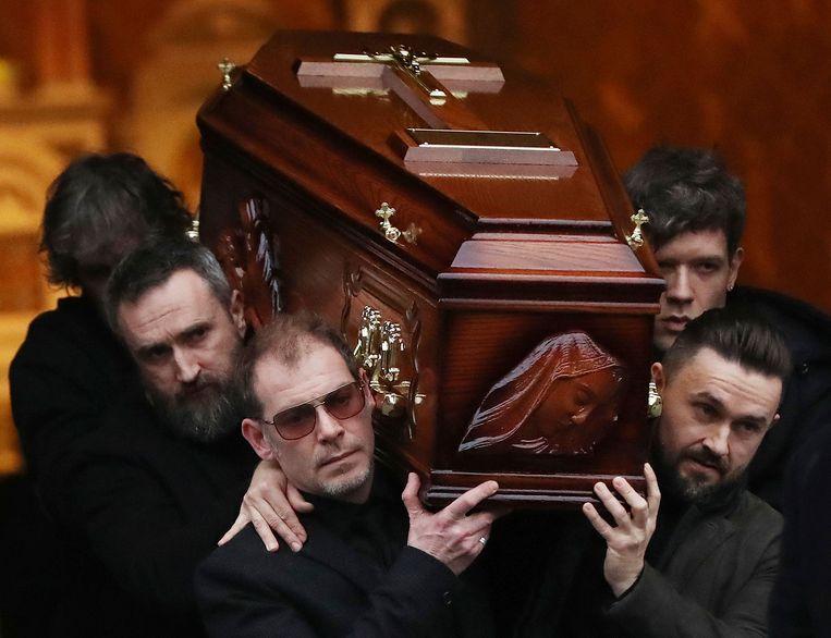 De kist van Dolores O'Riordan wordt na de herdenkingsdienst de kerk in de Ierse stad Limerick uitgedragen. De zangeres wordt dinsdag in besloten kring begraven.