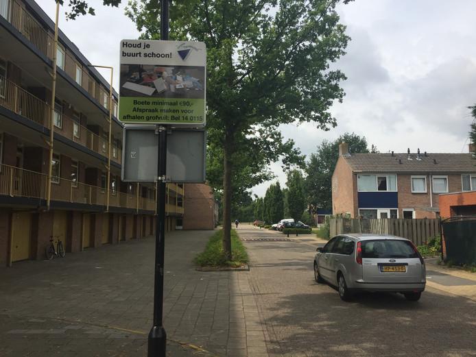 Waarschuwingsbord tegen sluikstort in de Eikenstraat in de Terneuzense wijk Triniteit