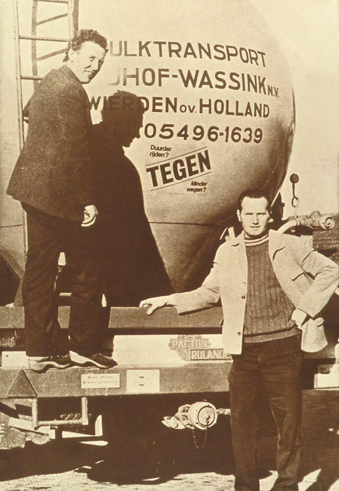 Een foto uit de oude doos met de transporteurs Evert Wassink en Herman Nijhof, die het dealerschap met Volvo tekenden.