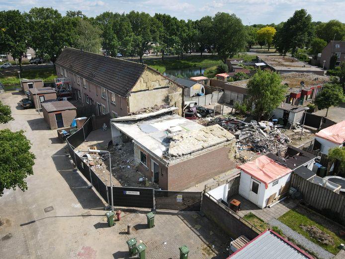 Twee weken na de ontploffing is de ravage aan de 32ste straat Hillekensacker nog altijd groot. De bewoner van het huis dat op 13 mei explodeerde is inmiddels door de politie als verdachte aangehouden.