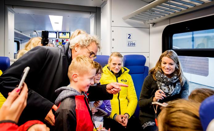 Meerkampster Anouk Vetter en de Utrechtse Dafne Schippers in de nieuwe Sprinter van de NS.