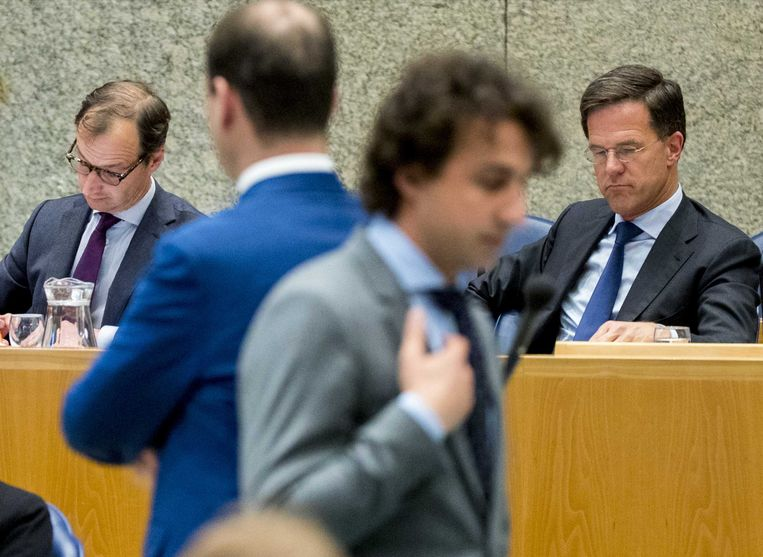 Den Haag - 25 april 2018. Premier Mark Rutte en Minister Eric Wiebes van Economische Zaken en Klimaat (VVD) tijdens het Tweede Kamerdebat over de omstreden memo's rond de afschaffing van de dividendbelasting. Beeld anp