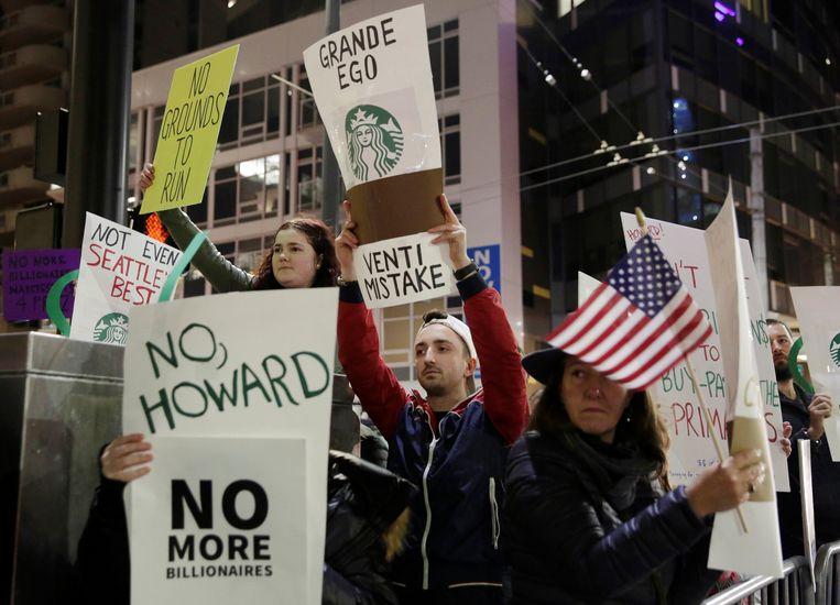 Demonstranten betogen in Seattle, waar de opmars van Starbucks begon, tijdens een bezoek van Howard Schultz tegen een mogelijke onafhankelijke kandidatuur van de miljardair.  Beeld null