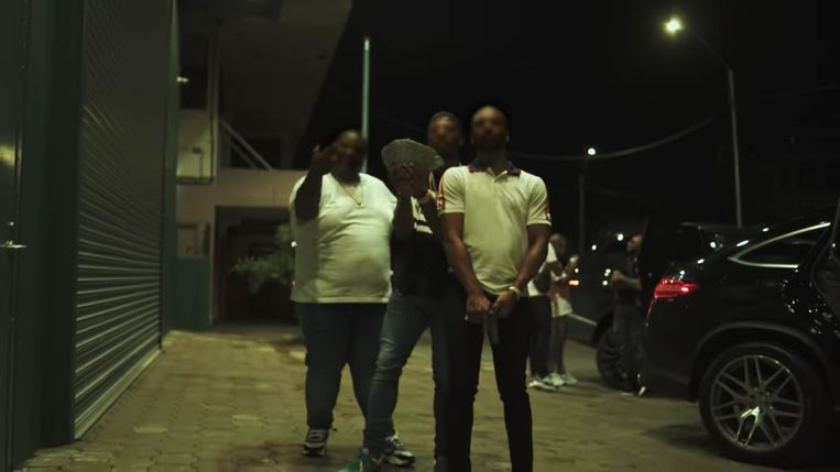 Still uit de video 'Amiri' van JoeyAK (midden). Beeld YouTube