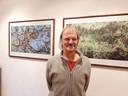 Rudi Klumpkens bij ander fotowerk in galerie De Roos.