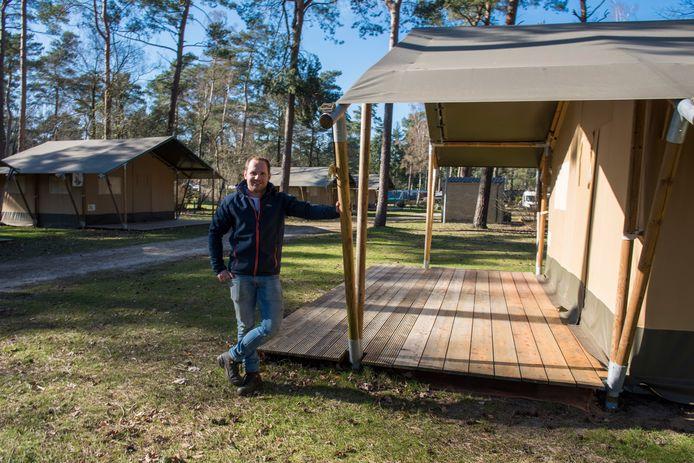 VESSEM Ralf Driesen bij de safari-tenten op Eurocamping aan de Zwembadweg in Vessem. Ook de campings en recreatieparken worden hard getroffen door corona